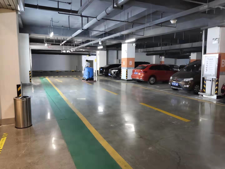 停车场洗地车
